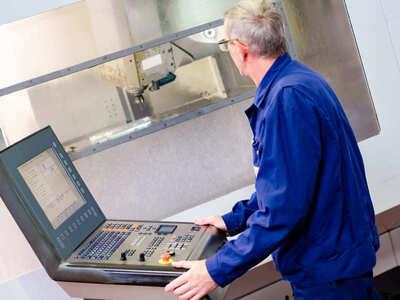 mega-p-usineur-travaillant-sur-commande-numerique